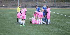 Ruben Skoglund vrider sig i plågor efter den otäcka skadan.