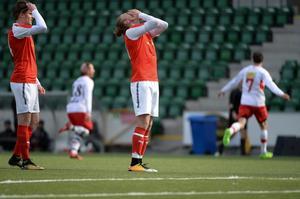 Svartviks Jonathan Åhlin deppar efter att Anundsjös Vasile Gueja dundrat in matchavgörande 3–2 i fotbollstrean.