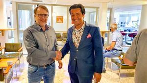Elagenten själv, Jörgen Johansson (C), gratulerades i fullmäktiges sessionssal av Företagarnas Daniel Franzén.