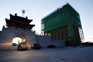 2006-10-08. Bygghissen var igång ett tag utan tillstånd. Efter hot om miljonskadestånd rivs hissen vid Dragon Gate.