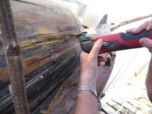 Gamla träbåtar kräver mycket skötsel.