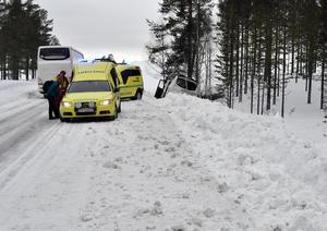 En dansk långfärdsbuss med ett tjugotal passagerare i diket söder om Idre efter ett möte där bussen skar ut i vägkanten och fortsatte 50-talet meter innan den gick ner i slänten och stannade mot ett träd.