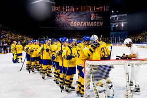 Sveriges spelare kramar om målvakt Anders Nilsson efter segern i semifinalen mot USA.Foto: Ludvig Thunman / Bildbyrån