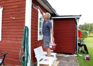 Det finns även en stuga för uthyrning och där njuter Nils-Göran Karlsson och hans fru av sommaren för 13:e året i rad. Mellan stunderna i solstolen stod rödfärgning denna dag på programmet.