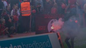 En bengal kastades in på plan innan matchen i Sundsvall hann börja. Foto: Cmore.