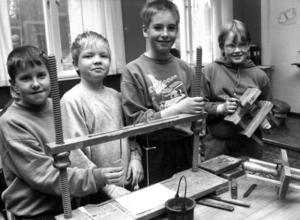 1991 gjorde barnen i Kövra skola en årsbok, för sjätte gången sedan 1983. Per-Olov Jönsson, Johan Martinsson, Mattias Jonsson och Martina Molander vid bokbindningsmaskinen.