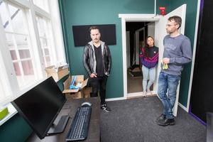 Studiefrämjandets Mikael Dahlén, Eve Redstorm och Jonas Bilow visar runt i det snart färdigbyggda huset, som här: den digitala inspelningsstudion.
