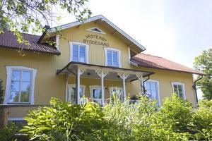 På Västerby bygdegård finns kafé med trädgård.
