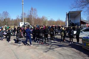 Gå-lunka-löp för Ellie lockade cirka 300 deltagare. Från lastbilsflaket var det både livemusik och en ledare som höll i den gemensamma uppvärmningen. Foto: Läsarbild