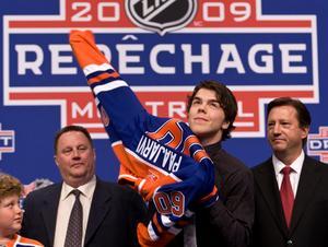 Magnus Pääjärvi valdes som nummer tio totalt av Edmonton Oilers i NHL-draften år 2009. Här tar han på sig Edmonton-tröjan för första gången.