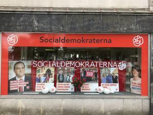 Alla aktiva socialdemokrater i Hallsbergs kommun har fått utskicken som verkar ha som mål att sprida osanna påståenden och skapa otrygghet. Breven har även gått hit till partilokalen på Storgatan. Foto: Privat