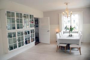 Väggskåpet har Mats byggt av gamla fönster. Här förvarar de porslin, glas och drycker.