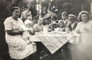 Emmadagen den 23 juli 1939 firas med grannarna på Fridas gård, en månad före andra världskrigets utbrott. Fr. vänster Gertrud Lindberg (Anders Lindbergs farmor) med sonen Leif, Frida med huckle, Thea Lindström med sonen Bernt, Emma Lindström, Theas söner Kjell och Arnold Lindström, Axel Lindström samt Fridas brorsdotter Maj-Britt Clason.