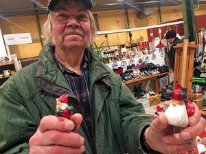 Hans Johansson letade och fyndade lite udda porslinstomtar.