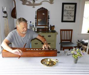 Magnus Börjesson med ett så kallat psalmodikum. Det användes för att underlätta psalmsången på väckelsemötena under 1800-talet, berättar han.