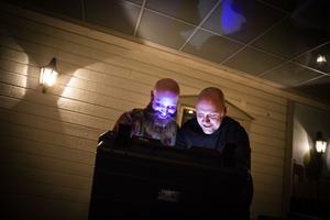 Oskar Sergel och Jonathan Pettersson arrangerar Escape box i Jämtland.