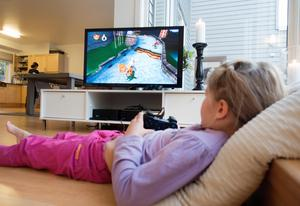 Din tv kan vara en energitjuv, särskilt om den har några år på nacken. Bild: Gorm Kallestad