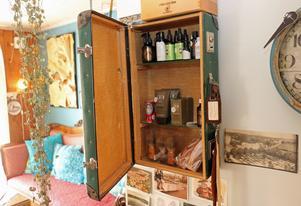 En av flera gamla väskor som gjorts om till skåp där hårprodukter förvaras.