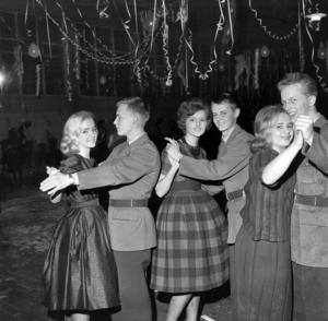 Vi börjar med den kanske färskaste bilden. Den är tagen i november 1960 och eftersom de dansanta herrarna ser ut att vara klädda i militärkläder gissar vi att bilden är tagen på en fest på någon av stadens regementen. Vet någon läsare mer?  UPPDATERING: Susanna Axelsson har skrivit till ÖP och berättar att den dansante mannen längst till höger är hennes far Ivan Eriksson, som var furir och utbildade signalister på A 4 vid tidpunkten som bilden togs.  Även Tage Levin har skrivit till ÖP. Han kan berätta att mannen med rak arm till vänster är Kjell Levin från Fagerdal.  UPPDATERING 2:  Eva-Lis Gullberg har skrivit till ÖP och berättar att flickan i mitten i rutig kjol är Anita Vedin och bodde på Söder.  UPPDATERING 3: Leif Ögren, Offerdal, ringde ÖP och kunde berätta att bilden är tagen vid en avslutningsbal efter en danskurs som hölls på I 5. Platsen var I 5:s gymnastiksal och de tre värnpliktiga, på bilden i sina permissionsuniformer, tillhörde 3:e plutonen, befälsskola A. Mannen i mitten heter Roger Persson. UPPDATERING 4: Eva Thornton skriver till ÖP och berättar att det är hon som är den blonda kvinnan längst till vänster, på den tiden hette hon Berg i efternamn.