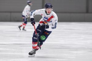 Oscar Wikblad dundrade upp i poängligans topp med två mål och två assist borta mot Vänersborg.