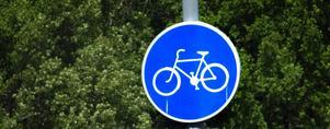 Man får cykla på körbanan om hastighetsgränsen är 50 eller lägre, påpekar skribenten.