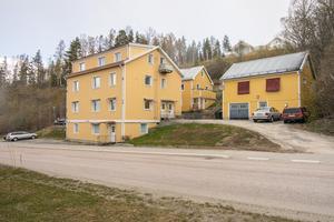 Det här bostadshyreshuset i Järved med 8 lägenheter såldes för 6 miljoner kronor. Foto: Mäklarhuset