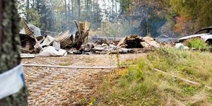 Huset brann ner till grunden, men hundarna tros ha släppts ut innan branden startade.