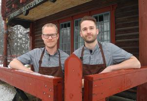 Mikael Otterström (till vänster) och Petter Kosjanov lämnar Skyttepaviljongen till förmån för Geschwornergården vid Falu gruva.