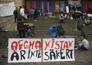 Ensamkommande asylsökande och nätverket Ung i Sverige manifesterar på Medborgarplatsen för att stoppa utvisningarna till Afghanistan.