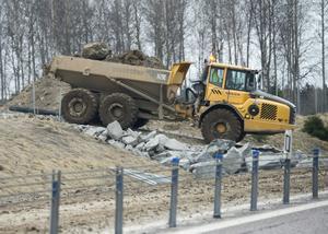 Nya fyllnadsmassor kommer till ett vägarbete. Foto: Fredrik Sandberg/TT