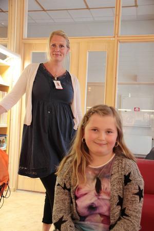 Emma Eriksson har hästböcker som favoritläsning. Hedda Winther, i bakgrunden höll i bokcafét.