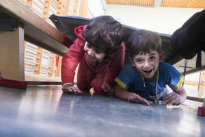 Dodo Karim och Taim Hadidi gillar att ta ut svängarna i idrottshallen.