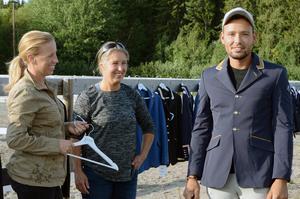 Kristian Schultz passade på att beställa en kavaj av Karin och Lisa Persson.