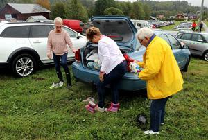 Lena Engman Bergner, Berit Skjöld och Ingabritt Engman bytte under glada former om till kläder som skulle skydda blötan .