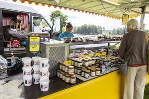 Cathy Warren tycker det är kul att få komma till Bollnäs, på marknaden har hon ett stånd längst ner i raden där hon säljer sylt och rökt kött.