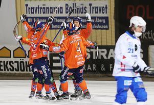 Bollnäs firar efter att Christian Mickelsson gjort ett av sina tre mål mot Vänersborg på tisdagskvällen.