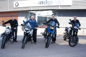Den äldre mc-generationen kliver tillbaka och en ny kliver fram på Lundgrens motor. Från vänster i bild syns Robert Lundgren, Lennart Lundgren, Fredrik Kvarnström och Per Rosenblad.