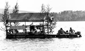 På flottar och båtar utanför Badhusparken satt folk och myste.