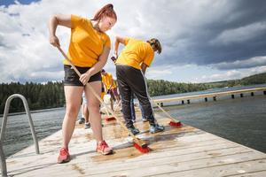 Angelica Sundstrand, 17 år från Södertälje, tycker det känns bra att ha ett sommarjobb där hon gör nytta.