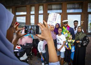 Släkten samlades kring Mushin Ali som tog studenten på Ullvigymnasiet. Foto: Lennye Osbeck
