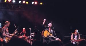 Doug Seegers med band under årets Rolling Rootsy Revue i Östersund. På bas Robin Lindqvist, bakom honom skymtar Jerry Miller på gitarr, batterist Emil Karlsson och till höger i bild Johan Arveli på pedal steel.