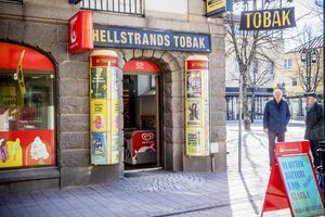 Inne på Hellstrands tobak vid torget kan Härnösandsborna nu köpa korv.