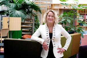 Helena Nyman, chefredaktör och ansvarig utgivare för DT, försvarar namnpubliceringen.