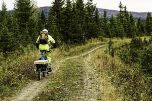 Just den typ av arbete som mättekniker Tobias Nilsson och hans kollegor utför kräver inte mer utrustning än vad som ryms i en ryggsäck. Måste han ha med sig mer använder han sig av en enhjulig cykelkärra, specialgjord för att fungera i terräng. Foto: Kai Lundin/Jämtkraft