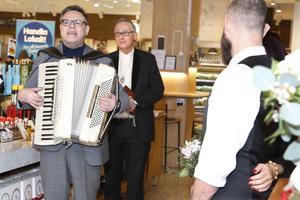 Thomas Sving spelade och sjöng för de brudpar som ville vigas inne på Ica Flygfyren på alla hjärtans dag.