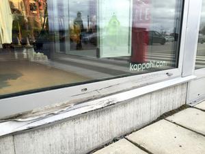 Krocken orsakade bara en mindre skada på ett skyltfönster.