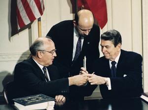 Det historiska ögonblicket när Michail Gorbatjov och Ronald Reagan skriver på INF-avtalet 1987. Foto AP Photo/Bob Daugherty