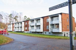 Under hösten fick de tre hyreshusen längs Centralvägen i Vallvik nya ägare. Tanken är att lägenheter och husens yttre ska renoveras till det bättre.