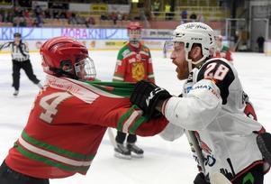 Jens Olsson hamnade i bråk med en ungdomsspelare som skottade isen.