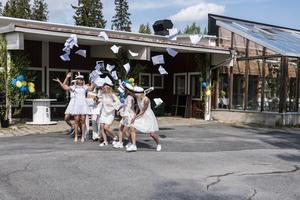 Glädjescener när eleverna på Fjällgymnasiet springer ut för sista gången.